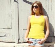 Retrato de vestir à moda da jovem mulher óculos de sol e t-shirt fotografia de stock
