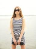 Retrato de vestir da jovem mulher da forma óculos de sol imagem de stock royalty free