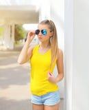Retrato de vestir da moça da forma óculos de sol e t-shirt fotografia de stock