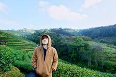 Retrato de viajantes novos no jardim de chá verde entre o tempo frio com névoa e céu foto de stock