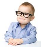 Retrato de vidros desgastando de um rapaz pequeno bonito fotos de stock