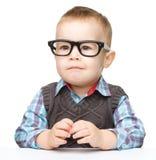 Retrato de vidros desgastando de um rapaz pequeno bonito foto de stock royalty free