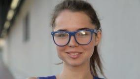 Retrato de vidros vestindo de uma menina vídeos de arquivo