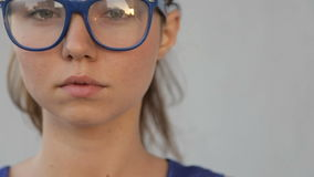 Retrato de vidros vestindo de uma menina video estoque