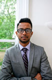 Retrato de vidros vestindo do homem de negócios indiano com as mãos dobradas Fotografia de Stock Royalty Free