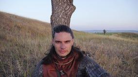 Retrato de Viking Warrior masculino medieval almacen de metraje de vídeo