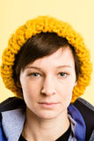 Backgr alto do amarelo da definição dos povos reais sérios do retrato da mulher Fotos de Stock Royalty Free