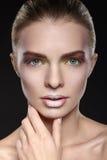 Retrato de Vogue de la mujer con maquillaje y la manicura hermosos Fotografía de archivo