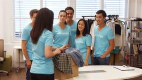 Retrato de voluntarios en taller almacen de video