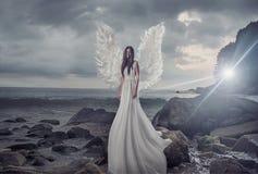 Retrato del ángel brillante en la roca aguda Fotos de archivo libres de regalías