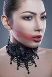 Retrato del ángel negro con maquillaje rojo oscuro del nad, tiro del estudio mirada de la cámara Fondo azul marino Convertido de  Fotografía de archivo libre de regalías