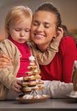 Retrato del árbol de navidad feliz de la madre y del bebé y de la galleta Fotos de archivo