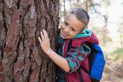Retrato del árbol feliz del abarcamiento del muchacho Foto de archivo