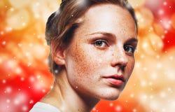 Retrato del Año Nuevo de la Navidad de la mujer, nieve de luces y fondo rojo Foto de archivo libre de regalías