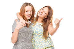 Retrato del abarcamiento alegre de los amigos Foto de archivo libre de regalías