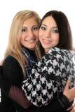 Retrato del abarcamiento atractivo de dos muchachas Imágenes de archivo libres de regalías