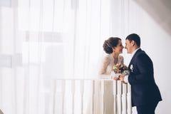 Retrato del abarcamiento caucásico del novio y de la novia Imagen de archivo