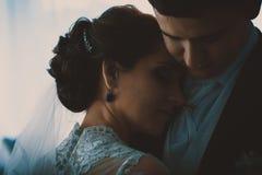 Retrato del abarcamiento caucásico del novio y de la novia Fotos de archivo