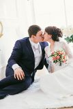 Retrato del abarcamiento caucásico del novio y de la novia Imágenes de archivo libres de regalías