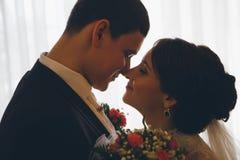 Retrato del abarcamiento caucásico del novio y de la novia Fotos de archivo libres de regalías