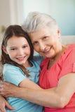 Retrato del abarcamiento de la abuela y de la nieta Fotos de archivo libres de regalías