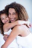Retrato del abarcamiento de la madre y de la hija Fotos de archivo libres de regalías