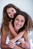Retrato del abarcamiento de la madre y de la hija Foto de archivo libre de regalías