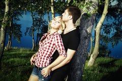 Retrato del abarcamiento de los pares del amor al aire libre en parque Foto de archivo