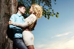 Retrato del abarcamiento de los pares del amor al aire libre en parque Fotografía de archivo