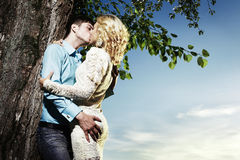 Retrato del abarcamiento de los pares del amor al aire libre en parque Imagen de archivo libre de regalías