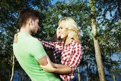 Retrato del abarcamiento de los pares del amor al aire libre en parque Imagen de archivo