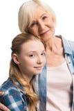 Retrato del abarcamiento feliz de la abuela y de la nieta Foto de archivo