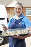 Retrato del abastecedor de sexo femenino que entrega a Tray Of Sandwiches To Hous Imagen de archivo