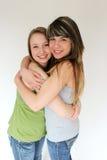 Retrato del abrazo adolescente de dos muchachas Fotografía de archivo libre de regalías