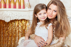 Retrato del abrazo de la madre y de la hija Foto de archivo