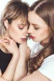 Retrato del abrazo lesbiano joven atractivo de los pares fotografía de archivo libre de regalías