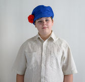 Retrato del adolescente aboy en el casquillo nacional ruso con los clavos Imagen de archivo libre de regalías