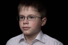 Retrato del adolescente aislado en fondo negro Foto de archivo