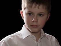Retrato del adolescente aislado en fondo negro Imagen de archivo