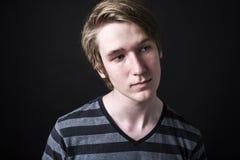Retrato del adolescente aislado en fondo negro Imágenes de archivo libres de regalías