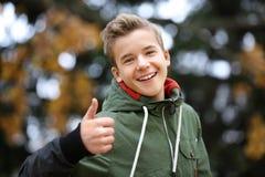 Retrato del adolescente alegre al aire libre Imagen de archivo libre de regalías
