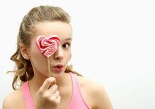 Retrato del adolescente alegre con el caramelo Foto de archivo
