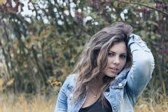 Retrato del adolescente atractivo en colores del otoño Fotografía de archivo libre de regalías