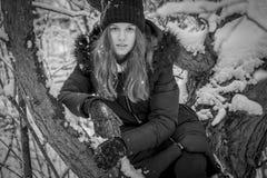 Retrato del adolescente bonito en bosque nevoso, blanco y negro Fotografía de archivo