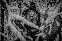 Retrato del adolescente bonito en bosque nevoso, blanco y negro Foto de archivo