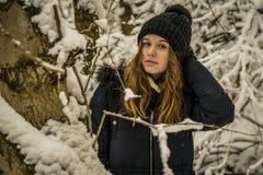 Retrato del adolescente bonito en la nieve, tema del invierno Fotos de archivo libres de regalías