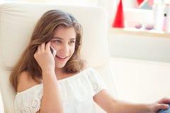 Retrato del adolescente bonito joven que habla con práctico Foto de archivo