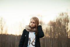 Retrato del adolescente caucásico en un bosque de la primavera Fotos de archivo