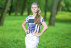 Retrato del adolescente caucásico rubio que presenta en bosque verde Fotografía de archivo libre de regalías