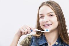 Retrato del adolescente caucásico sonriente con los soportes de los dientes Imagen de archivo libre de regalías